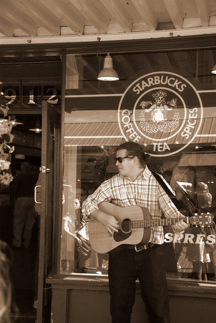 Guitar Player at Starbuck at Pike Market, 68,971 octets